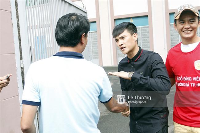 Chủ tịch Công Vinh trực tiếp bán vé, ký tặng áo cho fan - Ảnh 4.