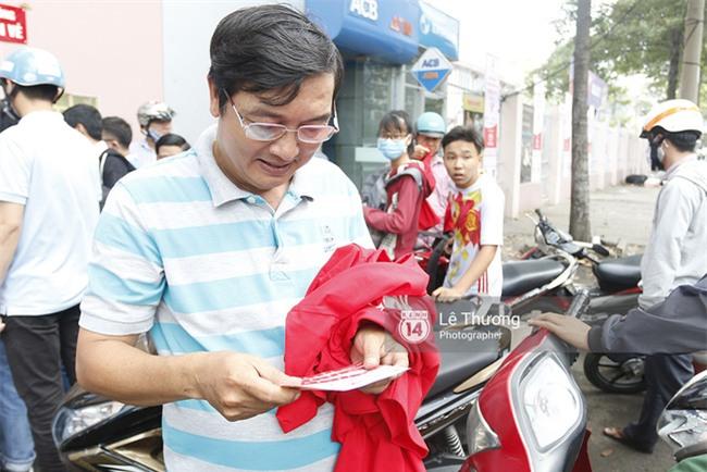 Chủ tịch Công Vinh trực tiếp bán vé, ký tặng áo cho fan - Ảnh 5.