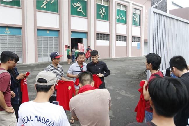 Chủ tịch Công Vinh trực tiếp bán vé, ký tặng áo cho fan - Ảnh 6.