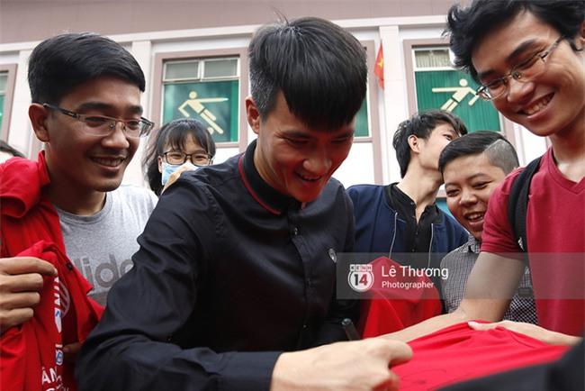 Chủ tịch Công Vinh trực tiếp bán vé, ký tặng áo cho fan - Ảnh 7.
