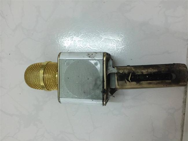 Xôn xao hình ảnh chiếc micro hát karaoke giá 650.000 đồng bất ngờ phát nổ khi đang sạc - Ảnh 1.