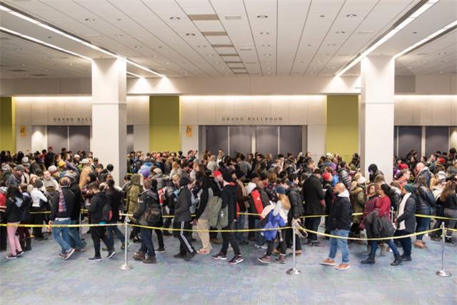 Hàng nghìn người xếp hàng từ sáng sớm để lấy vé. (Ảnh: Sun Times)