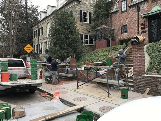Công nhân gấp rút xây tường nhà cho Tổng thống Obama. Ảnh: DAILY MAIL