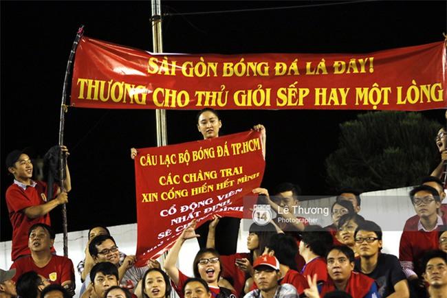 Hành động của Công Vinh khiến hàng ngàn cổ động viên TPHCM xúc động - Ảnh 3.