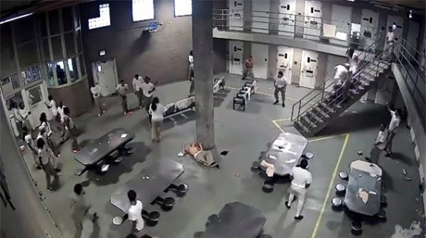 Ẩu đả như trong phim bên trong nhà tù dành cho tội phạm nguy hiểm nhất nước Mỹ - Ảnh 4.