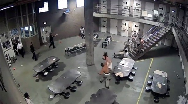 Ẩu đả như trong phim bên trong nhà tù dành cho tội phạm nguy hiểm nhất nước Mỹ - Ảnh 5.