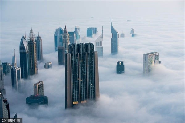 Cảnh tượng cao ốc xuyên qua mây mù đẹp như tranh ở Dubai