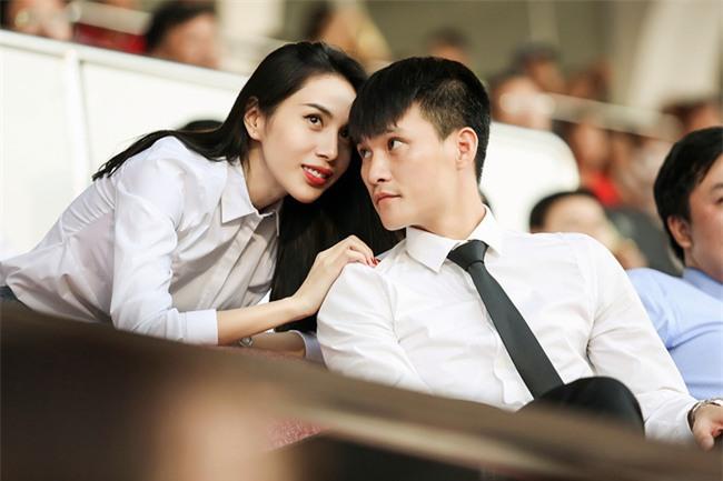 Vợ chồng Thủy Tiên - Công Vinh tình cảm trên khán đài  - Ảnh 7.