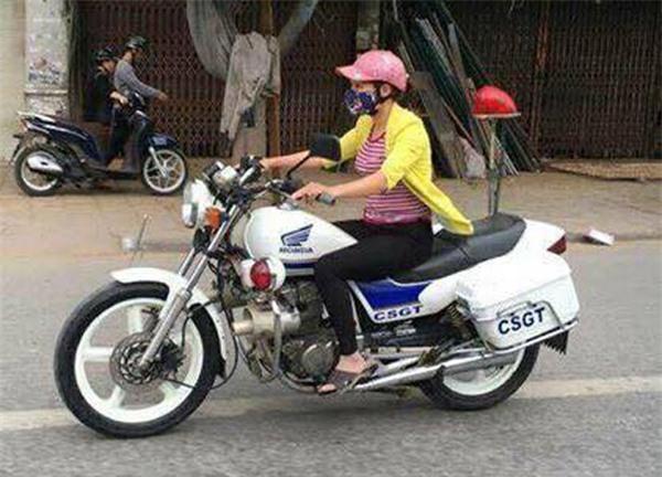 Thực hư một phụ nữ mặc thường phục lái xe đặc chủng của CSGT ở Hải Phòng - Ảnh 1.