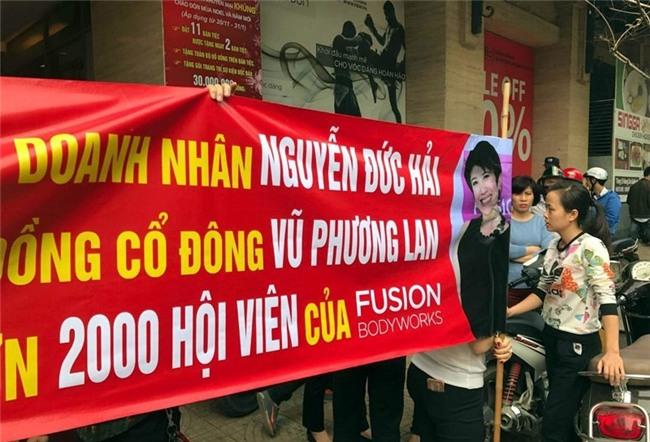 2.000 hội viên căng biển, trưng ảnh vợ chồng Jennifer Phạm đòi đối thoại