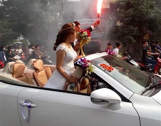Chú rể và cô dâu đi xe mui trần, đốt 20 quả pháo sáng - Ảnh 1.