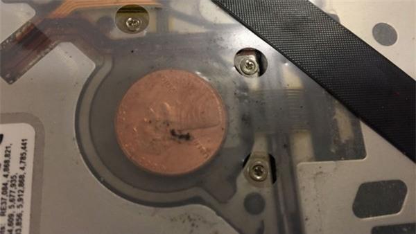 Hình ảnh đồng xu mắc kẹt bên trong chiếc MacBook và được người dùng chia sẻ lên trang web Imgur