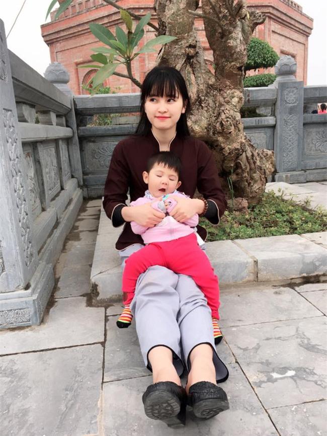 Cái Tết đầu tiên ấm áp nụ cười của em bé Lào Cai suy dinh dưỡng bên mẹ nuôi 9X - Ảnh 10.