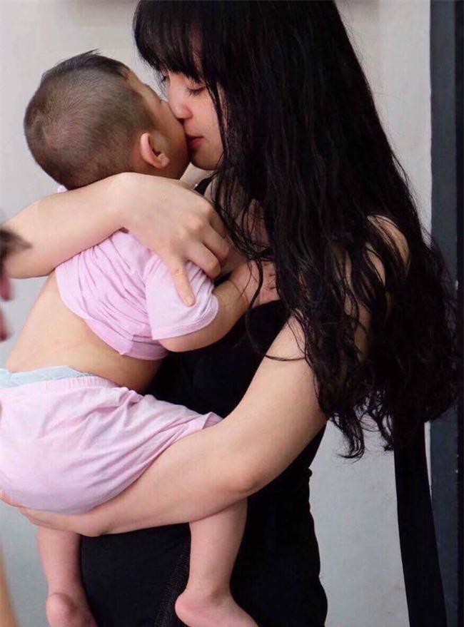 Cái Tết đầu tiên ấm áp nụ cười của em bé Lào Cai suy dinh dưỡng bên mẹ nuôi 9X - Ảnh 2.