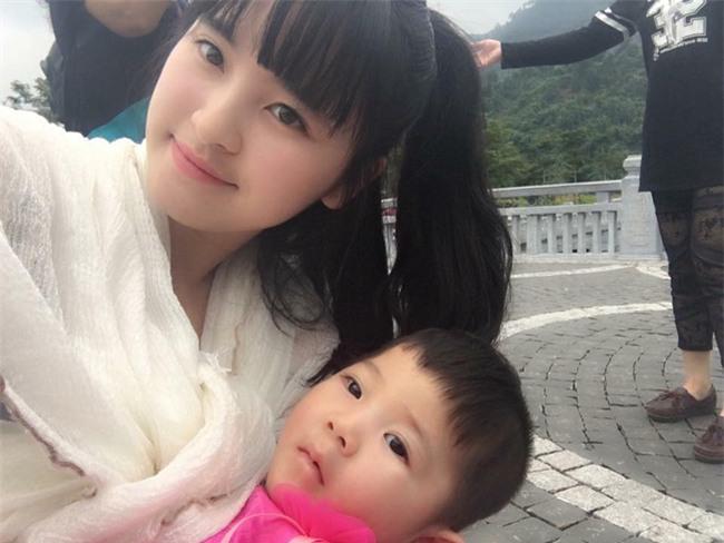 Cái Tết đầu tiên ấm áp nụ cười của em bé Lào Cai suy dinh dưỡng bên mẹ nuôi 9X - Ảnh 8.