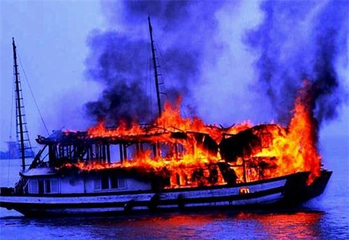 cháy tàu tren vịnh hạ long, 14 du khách nuóc ngoài thoát nạn hinh anh 1
