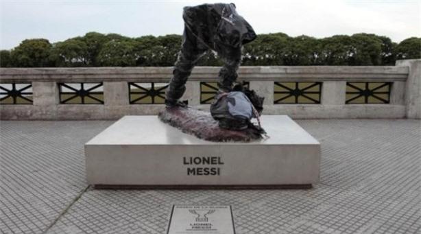 Tuong Messi bi pha hoai trong ngay thua Ronaldo hinh anh 1