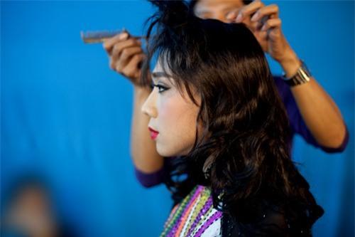 Trong hậu trường chương trình Gương mặt thân quen, Trấn Thành cũng mang đến bất ngờ cho người hâm mộ khi hóa thân thành nghệ sĩ Hương Lan. Anh phải trải qua nhiều bước trang điểm công phu để có được vẻ ngoài như ý.