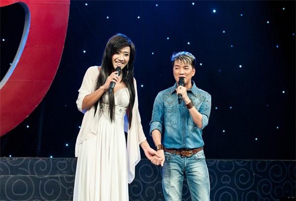 Trên sân khấu ca nhạc, Trấn Thành cũng nhiều lần biến mình thành cô gái xinh xắn, đáng yêu và sánh đôi bên ca sĩ Đàm Vĩnh Hưng.