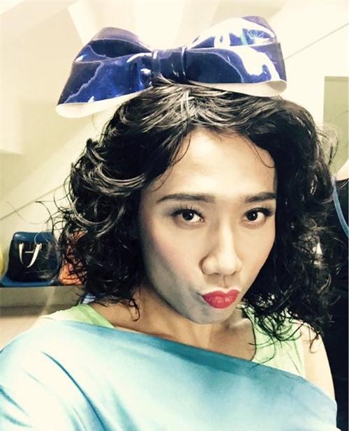 """Không chỉ giống từ trang phục đến kiểu tóc, Trấn Thành còn diễn tả lại điệu chu mỏ thường thấy của nữ ca sĩ """"Đường cong""""."""