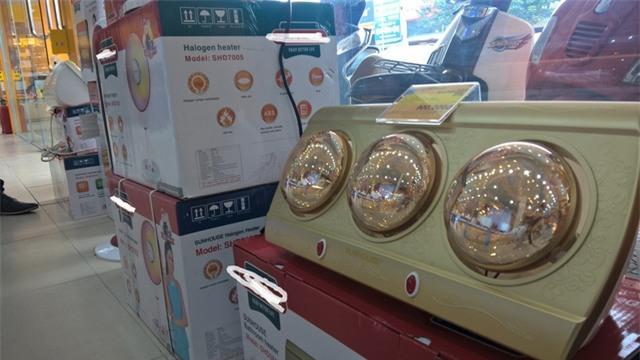 Loại đèn nhà tắm này có giá 1,3 triệu đồng nhưng giá hiện giảm còn 900.000 đồng cộng kèm nhiều quà tặng nhưng vẫn ế khách