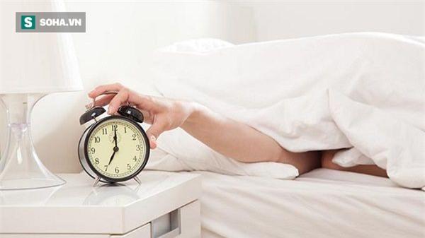 Những vật cần kiêng không để ở đầu giường nếu không muốn sức khỏe có vấn đề - Ảnh 1.