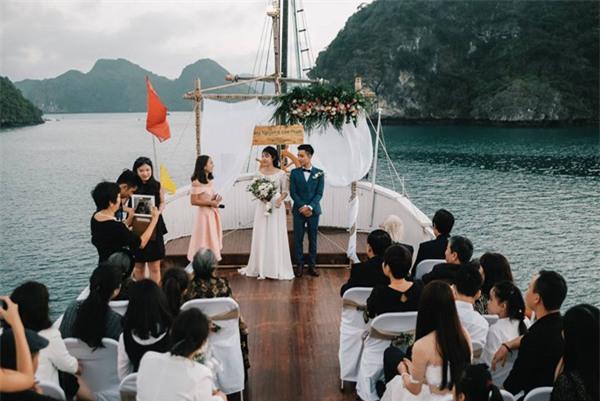 Đám cưới lãng mạn trên du thuyền ở vịnh Hạ Long khiến nhiều người ghen tỵ - Ảnh 2.