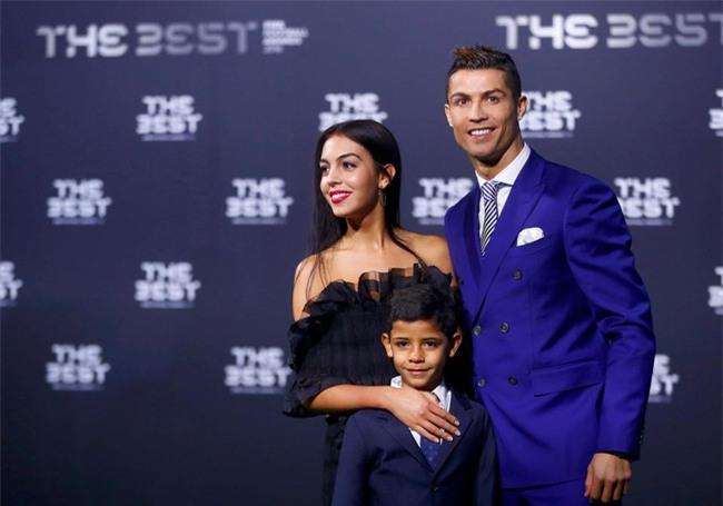 Bạn gái Ronaldo đánh bật nhan sắc sao Hollywood tại Gala FIFA - Ảnh 2.