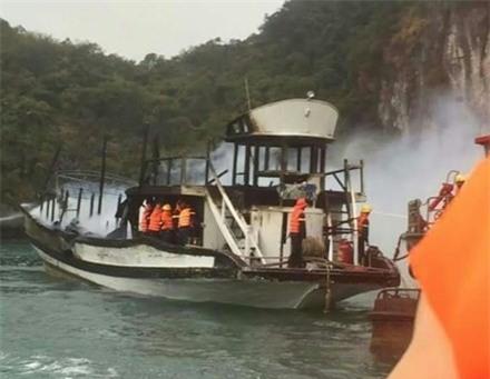 Phần phía trên con tàu bị đám cháy thiêu rụi hoàn toàn.