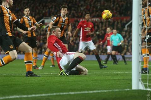 Đội trưởng Rooney cũng bỏ lỡ cơ hội ngon ăn trong hiệp 1