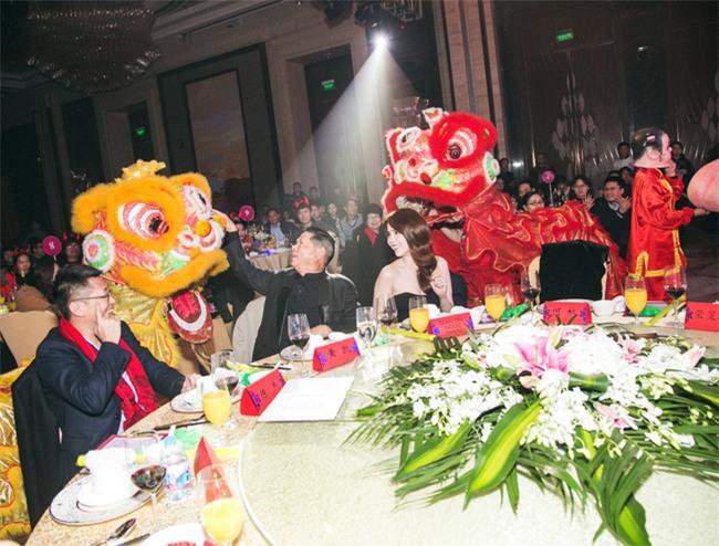 Ngọc Trinh diện đầm trễ nải ra mắt đồng nghiệp bạn trai tỷ phú Hoàng Kiều - Ảnh 2.