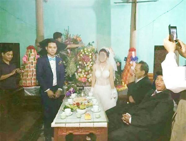 Cám cảnh đến cả ngày cưới, ngồi bên cô dâu mà chú rể vẫn tranh thủ vớ điếu cày làm 1 hơi - Ảnh 3.