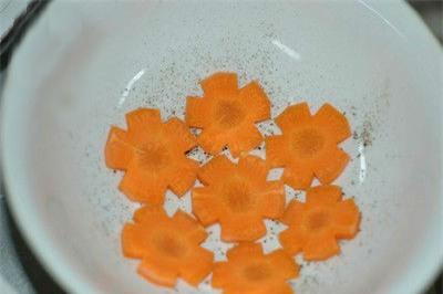 Tạo một số bông hoa bằng ca rốt để làm món thịt đông hấp dẫn hơn