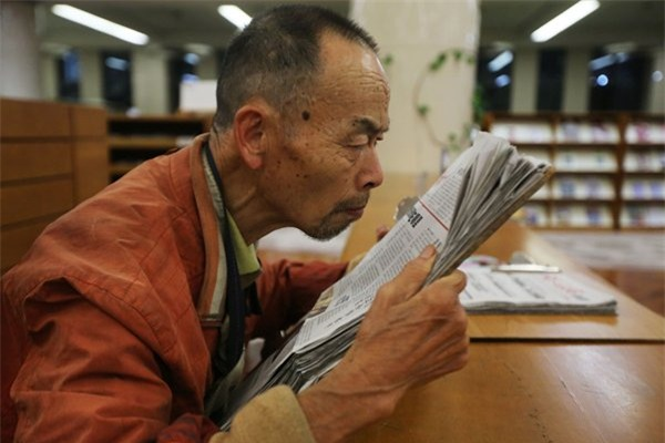 Trung Quốc dựng tượng cụ ông nhặt rác đọc sách trong thư viện