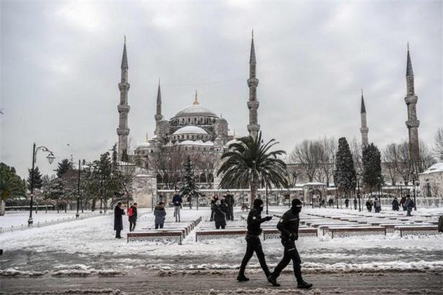 Lạnh giá tiếp tục càn quét châu Âu, 61 người chết - Ảnh 6.