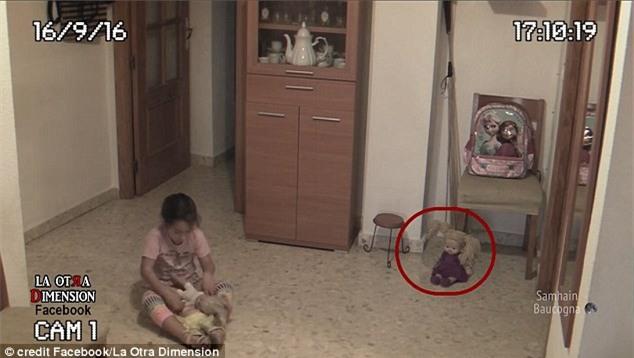 Cô bé hoảng sợ khi con búp bê ngồi trong góc phòng rung đầu kỳ lạ - Ảnh 2.