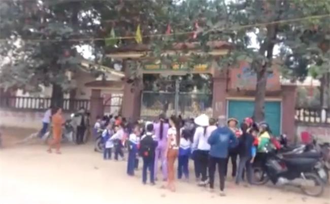 """Phụ huynh đồng loạt cho con nghỉ học, đứng trước cổng trường để """"xin"""" giảm học phí"""