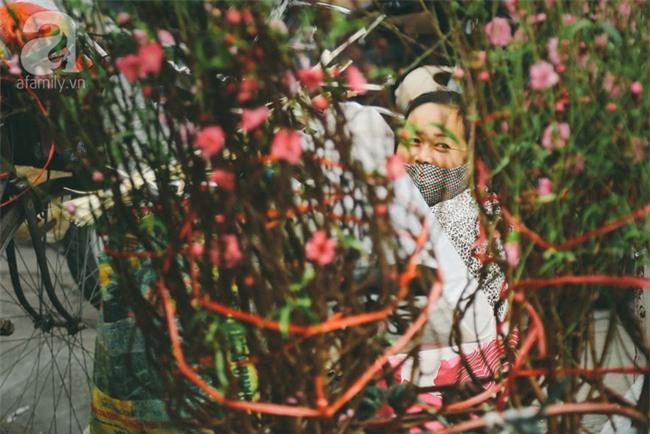 Rằm tháng Chạp, đã thấy nôn nao vị Tết khi hoa đào về trên phố xuân - Ảnh 18.