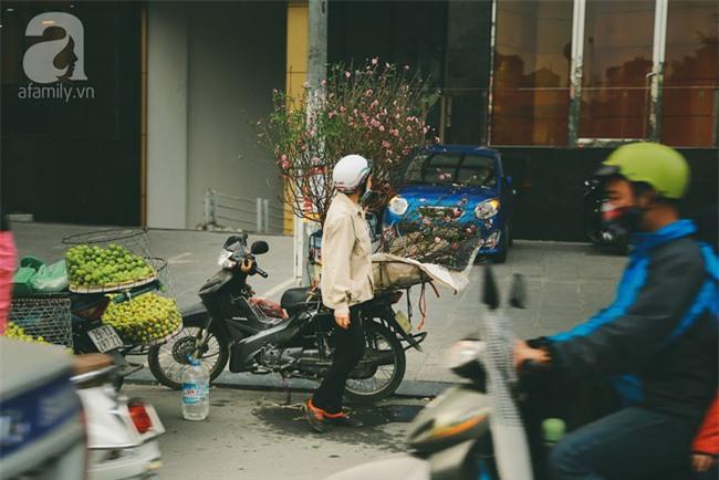 Rằm tháng Chạp, đã thấy nôn nao vị Tết khi hoa đào về trên phố xuân - Ảnh 2.