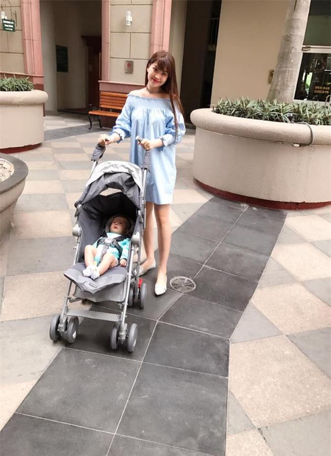 Ngọc Trinh bất ngờ kín đáo, Angela Phương Trinh đổi mốt mái ngố lạ lẫm trong street style tuần này - Ảnh 10.
