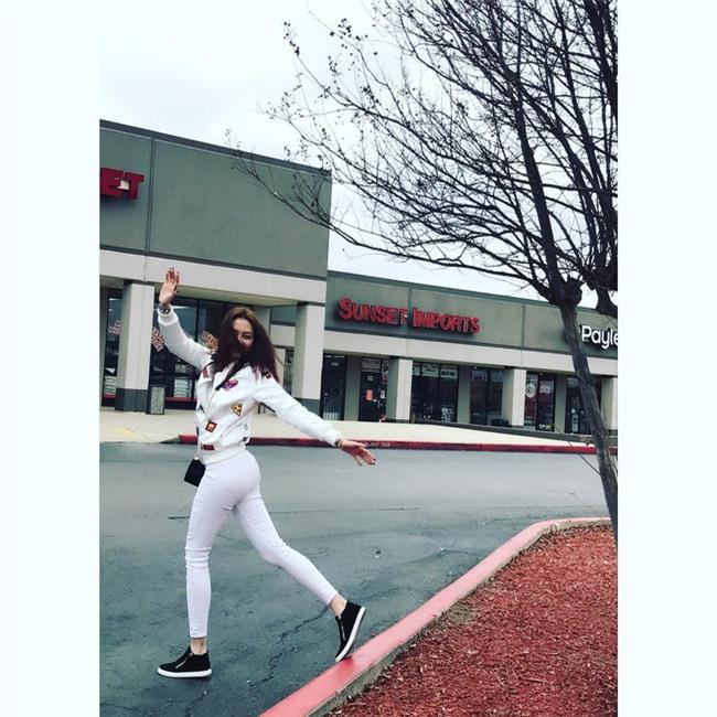 Ngọc Trinh bất ngờ kín đáo, Angela Phương Trinh đổi mốt mái ngố lạ lẫm trong street style tuần này - Ảnh 12.