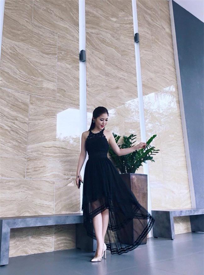 Ngọc Trinh bất ngờ kín đáo, Angela Phương Trinh đổi mốt mái ngố lạ lẫm trong street style tuần này - Ảnh 16.
