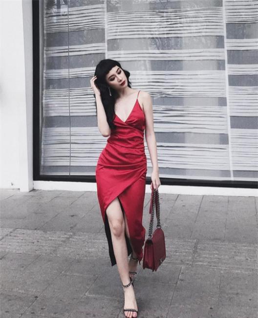 Ngọc Trinh bất ngờ kín đáo, Angela Phương Trinh đổi mốt mái ngố lạ lẫm trong street style tuần này - Ảnh 3.