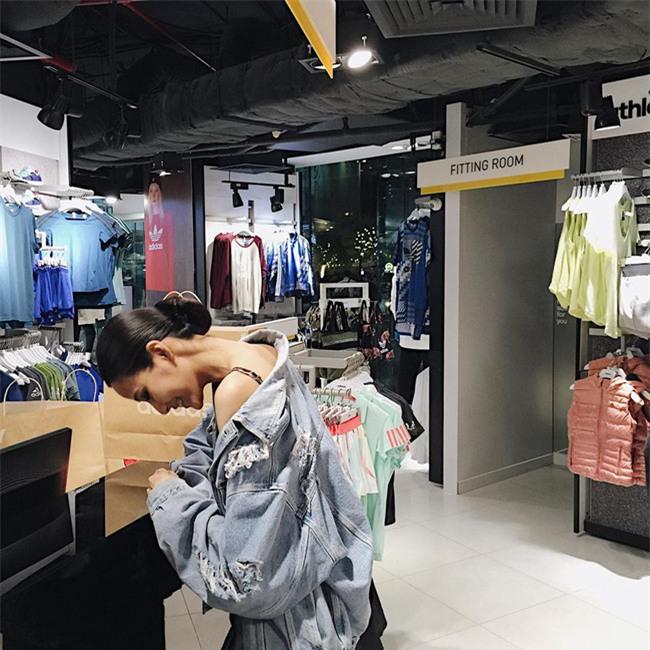Ngọc Trinh bất ngờ kín đáo, Angela Phương Trinh đổi mốt mái ngố lạ lẫm trong street style tuần này - Ảnh 9.