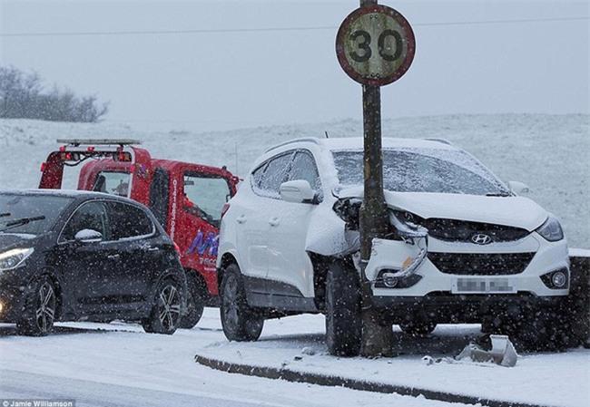 Giao thông Anh thất thủ vì tuyết rơi kết hợp gió bão - Ảnh 1.