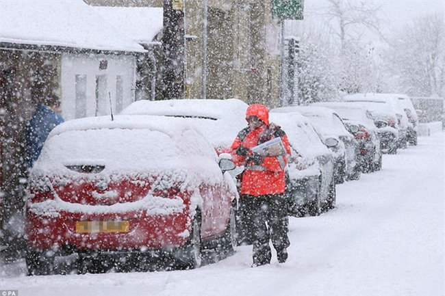 Giao thông Anh thất thủ vì tuyết rơi kết hợp gió bão - Ảnh 2.