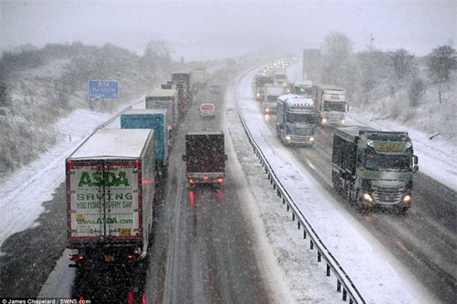 Giao thông Anh thất thủ vì tuyết rơi kết hợp gió bão - Ảnh 3.