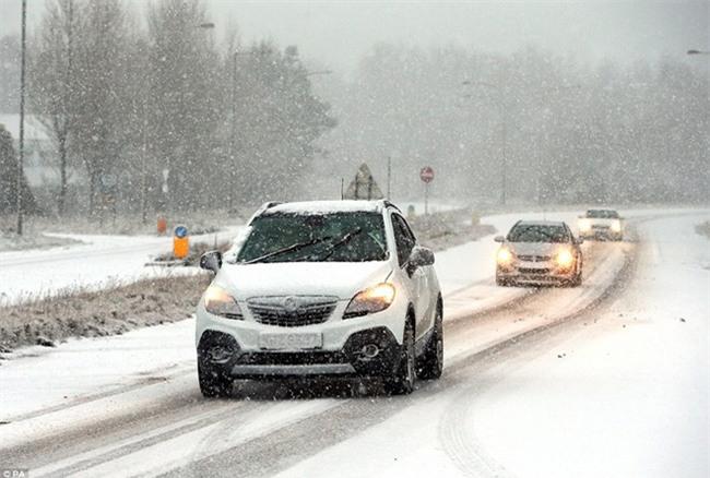 Giao thông Anh thất thủ vì tuyết rơi kết hợp gió bão - Ảnh 5.