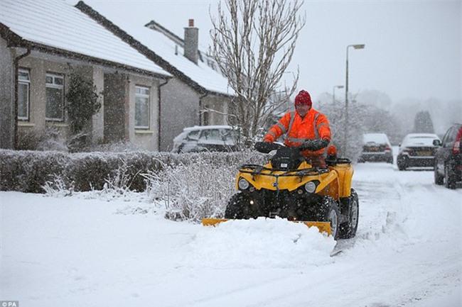 Giao thông Anh thất thủ vì tuyết rơi kết hợp gió bão - Ảnh 7.