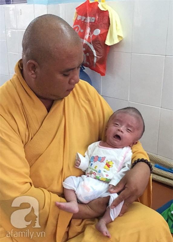Lùm xùm vụ trục lợi tiền ủng hộ bé bị não úng thủy chữa trị tại Singapore, tình nguyện viên và sư thầy lên tiếng - Ảnh 1.